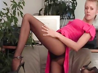 Flexible short haired babe in pantyhose plays