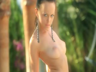 oiled model and her hawt peeing stream