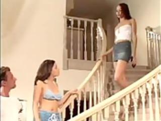 fazendo duas gostosas na escada -